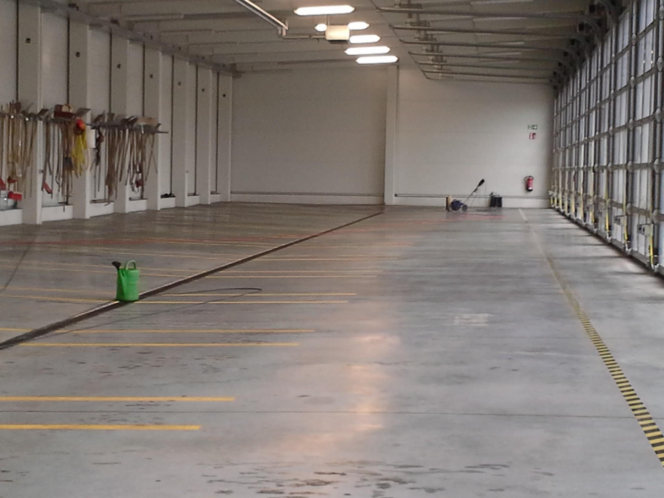 Beton Versiegeln beton versiegeln fertig behandelter in einer lagerhalle beton in